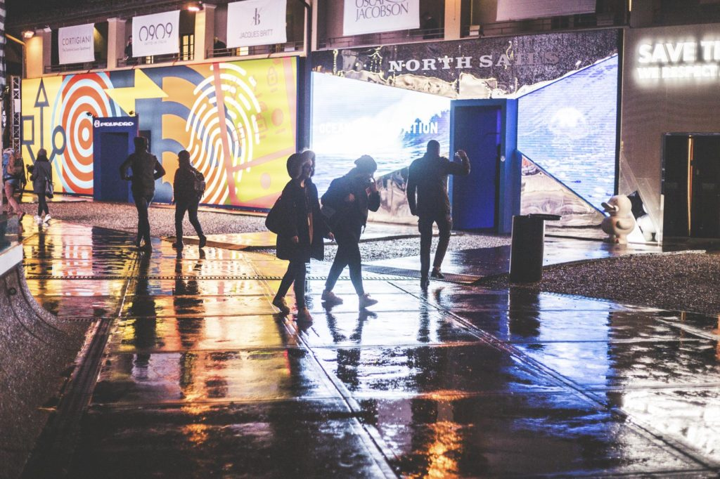 Pohled na noční Pitti po dešti.