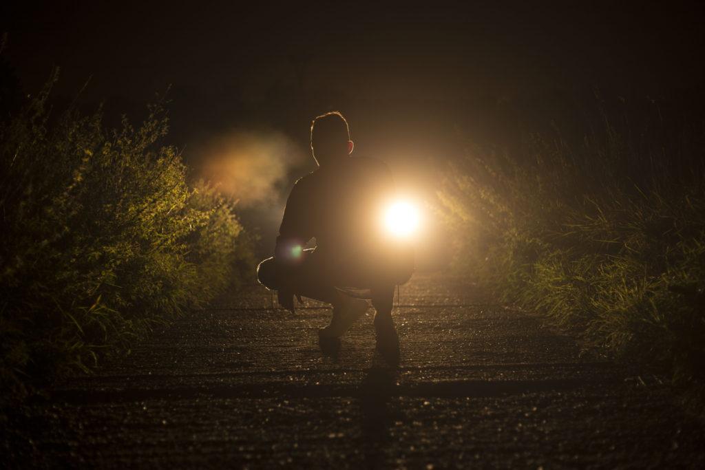 Noční fotografie s klečící postavou