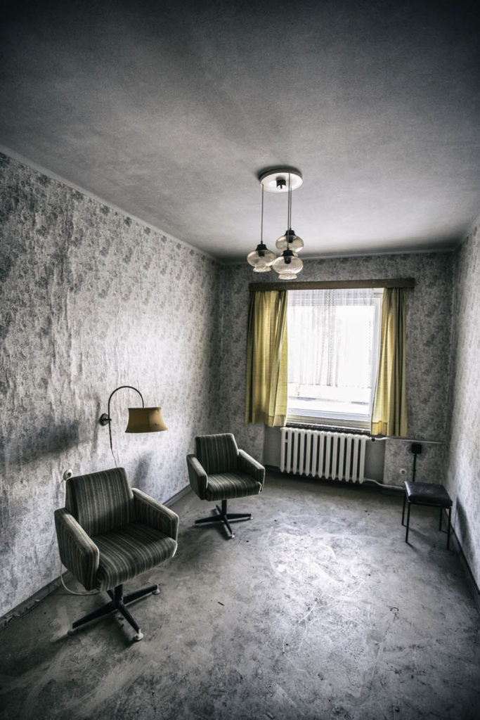 Fotografie opuštěného hotelového pokoje po úpravě