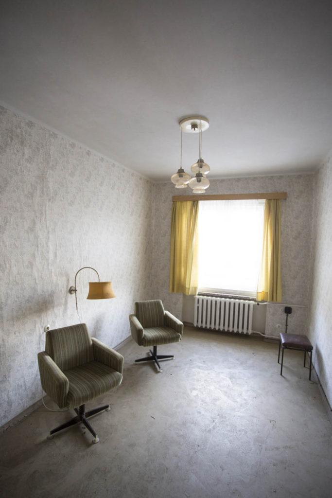 Fotografie opuštěného hotelového pokoje před úpravou
