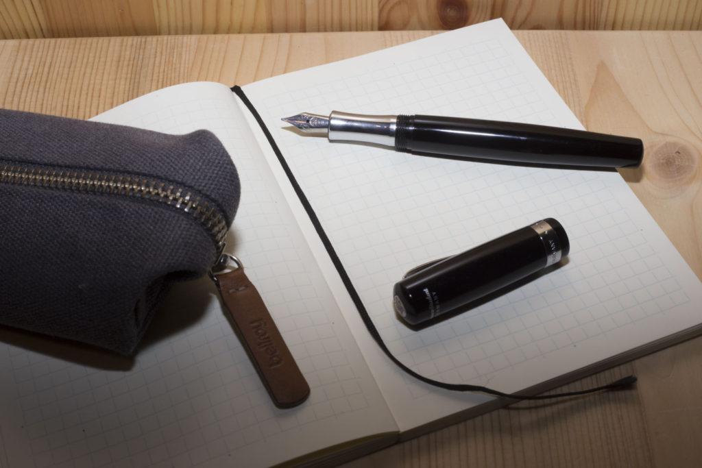 Zátiší s psacími potřebami vyfocené s bleskem