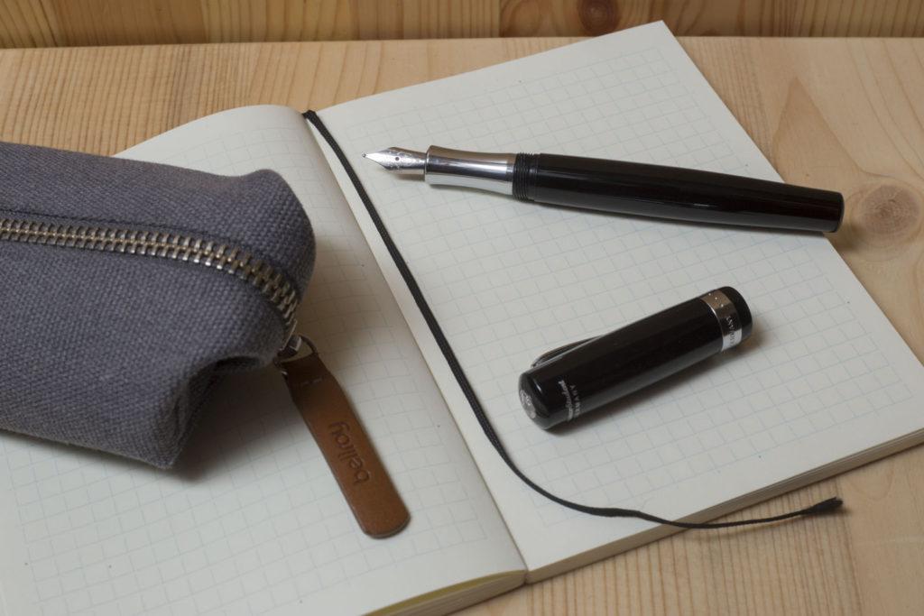 Zátiší s psacími pořebami vyfocené bez blesku